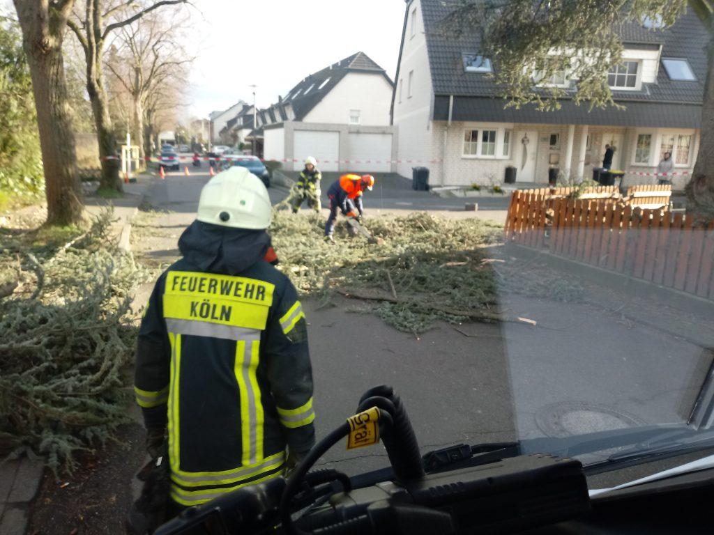 """Am gestrigen Nachmittag wurde die Löschgruppe Wahn-Heide-Lind alarmiert. Aufgrund des Sturmtiefs """"Eberhard"""" kam es zu einem erhöhten Einsatzaufkommen für die Kölner Feuerwehr."""